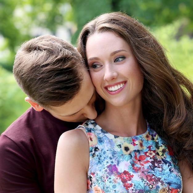 Lindo casal no parque Foto gratuita