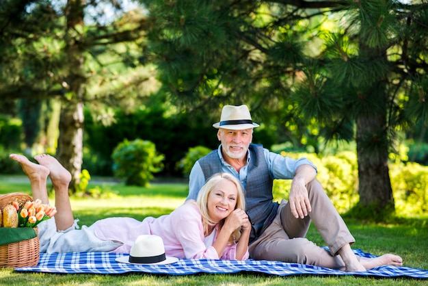 Lindo casal olhando para a câmera Foto gratuita