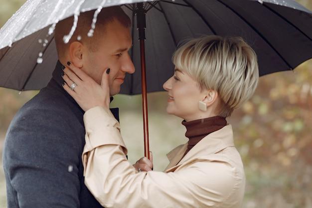 Lindo casal passa o tempo em um campo de outono Foto gratuita