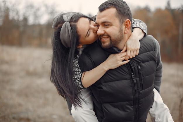 Lindo casal passa o tempo em um campo de primavera Foto gratuita