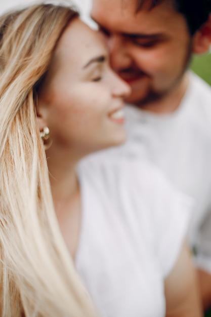 Lindo casal passa o tempo em um campo de verão Foto gratuita