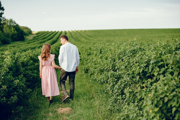 Lindo casal passa o tempo em um campo Foto gratuita