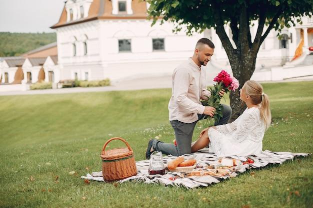 Lindo casal passa o tempo em um jardim de verão Foto gratuita