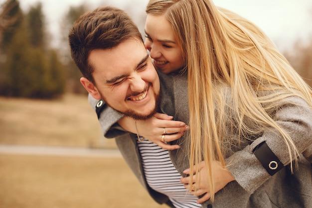 Lindo casal passa o tempo em um parque de outono Foto gratuita