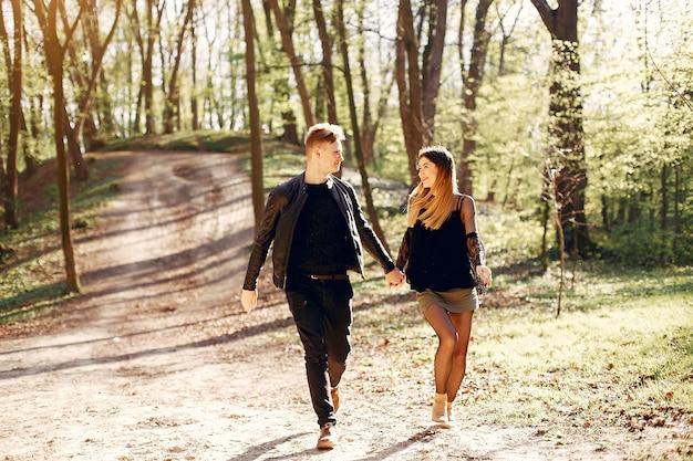 Lindo casal passa o tempo em um parque de primavera Foto gratuita