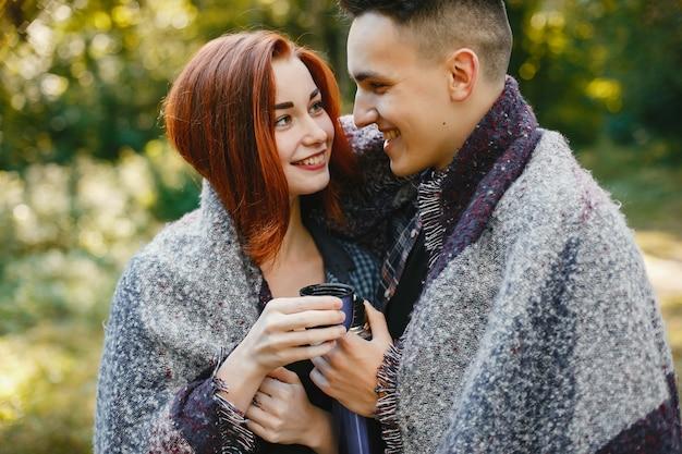 Lindo casal passa o tempo em um parque de verão Foto gratuita