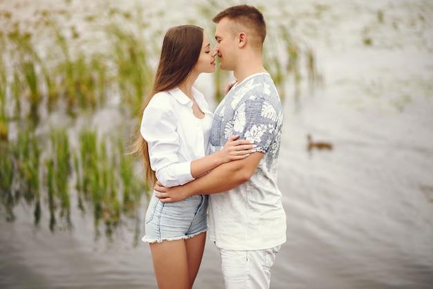 Lindo casal passa o tempo em um parque nublado outono Foto gratuita