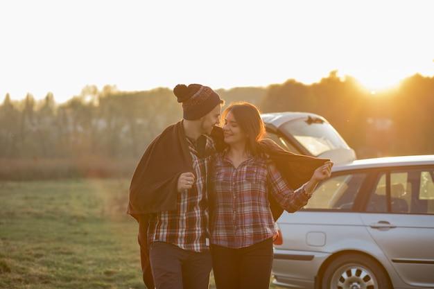 Lindo casal passa o tempo em um parque por do sol Foto gratuita