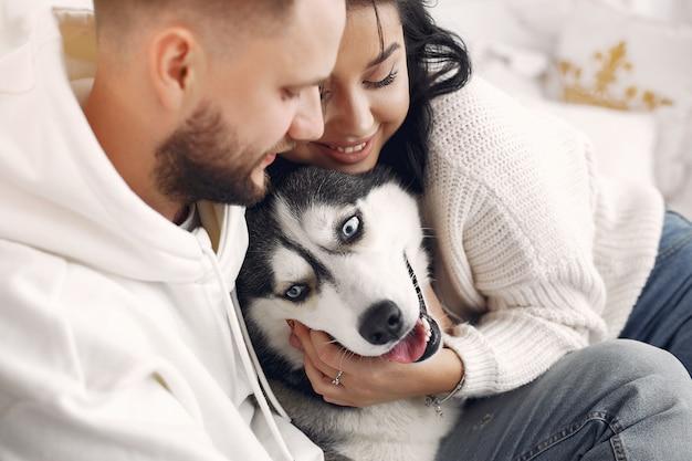 Lindo casal passa o tempo em um quarto Foto gratuita