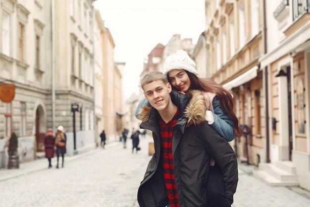 Lindo casal passa o tempo em uma cidade de outono Foto gratuita