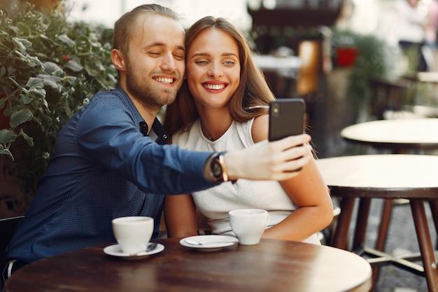 Lindo casal passa o tempo em uma cidade de verão Foto gratuita