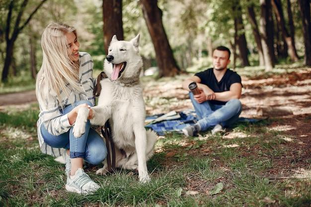 Lindo casal passa o tempo em uma floresta Foto gratuita