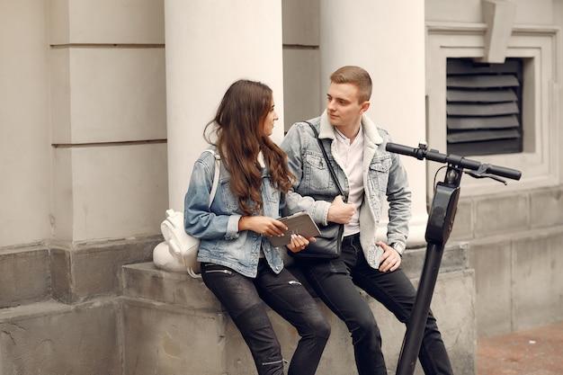 Lindo casal passa o tempo na rua Foto gratuita