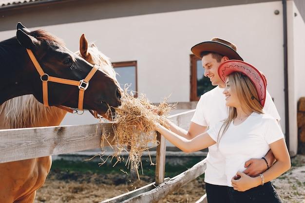 Lindo casal passa tempo com cavalos Foto gratuita