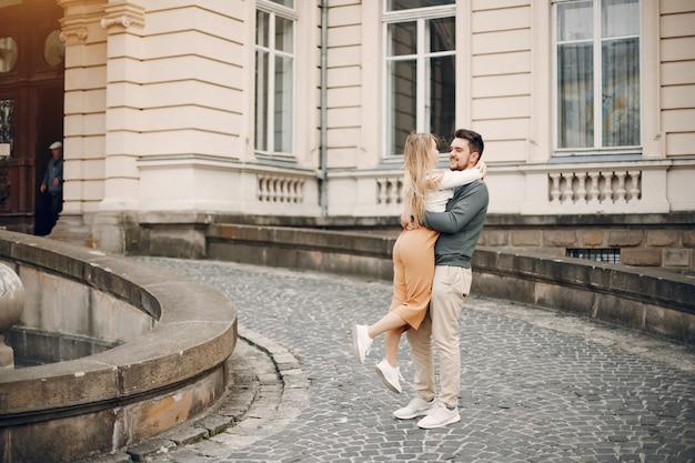 Lindo casal passa tempo em uma cidade de verão Foto gratuita