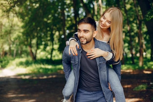 Lindo casal passa tempo em uma floresta de verão Foto gratuita