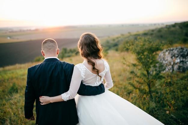 Lindo casal posando no dia do casamento Foto gratuita