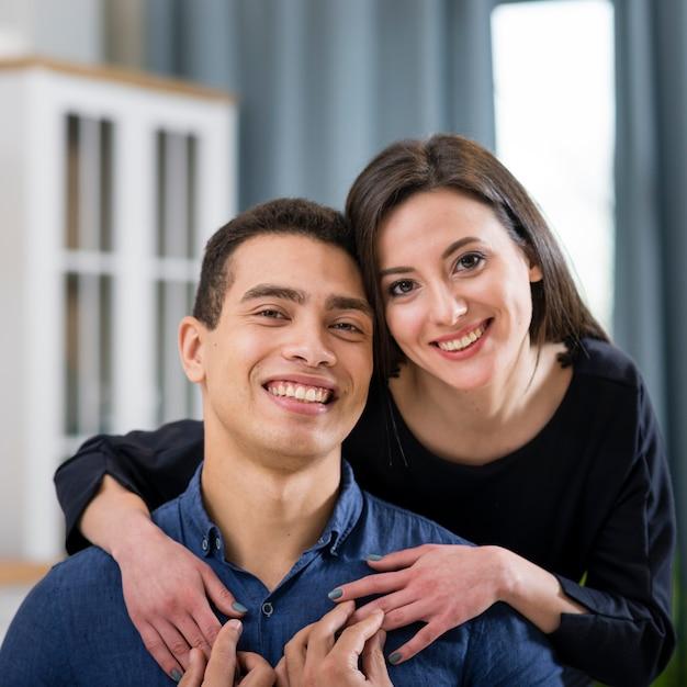 Lindo casal posando no dia dos namorados Foto gratuita