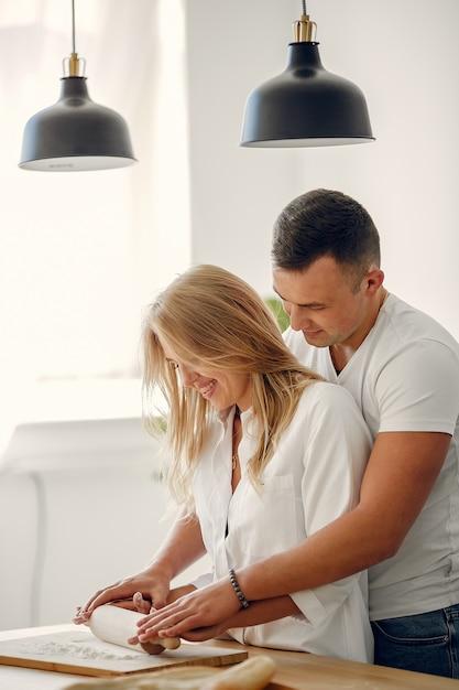 Lindo casal preparar comida em uma cozinha Foto gratuita
