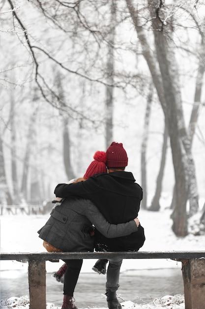 Lindo casal se aquecendo com um abraço Foto gratuita