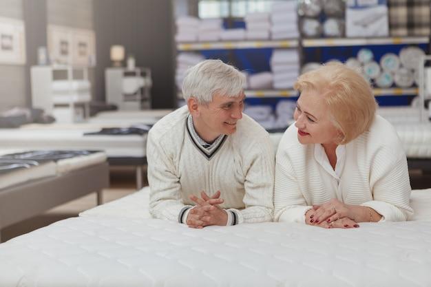 Lindo casal sênior de compras na loja de móveis Foto Premium