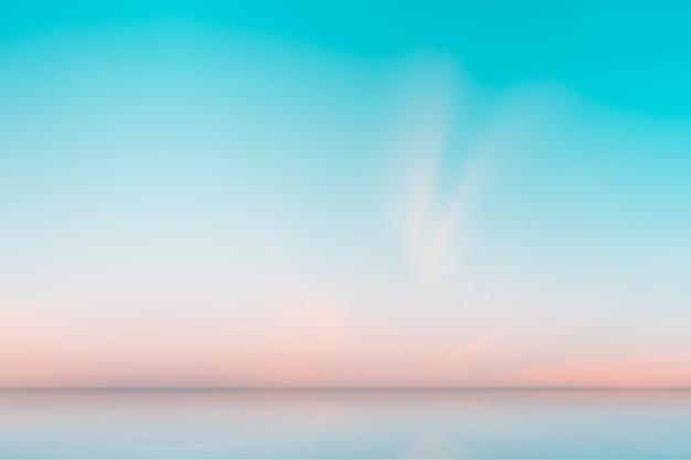 Lindo céu antes do nascer do sol no fundo do mar. gradiente natural de laranja e azul céu. Foto Premium