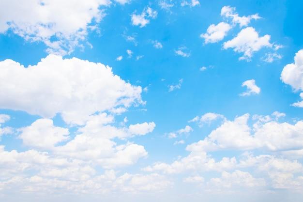 Lindo céu azul com nuvens brancas Foto Premium