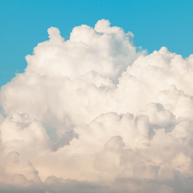 Lindo céu azul com nuvens brancas Foto gratuita