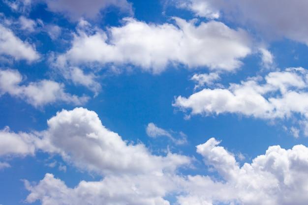 Lindo céu azul com nuvens Foto Premium