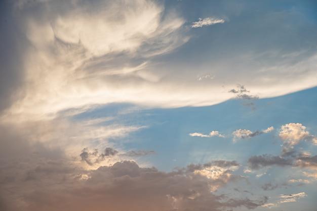 Lindo céu com nuvens Foto gratuita