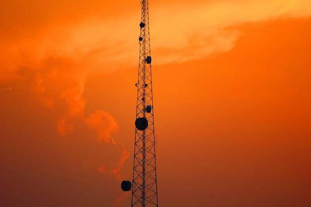 Lindo céu depois de pôr do sol com pólo de telecomunicações Foto Premium