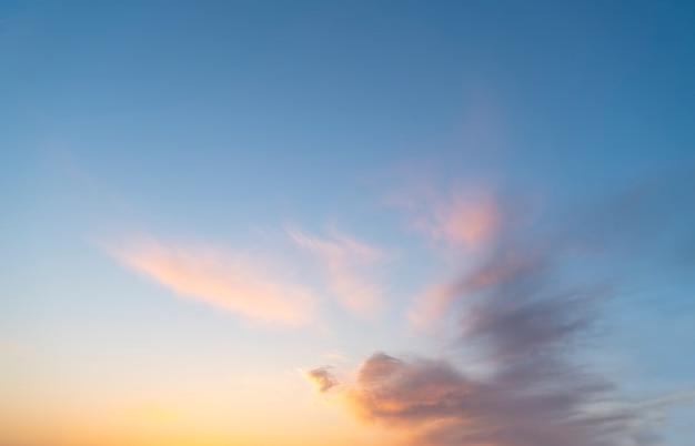 Lindo céu e pôr do sol paisagem natural Foto Premium