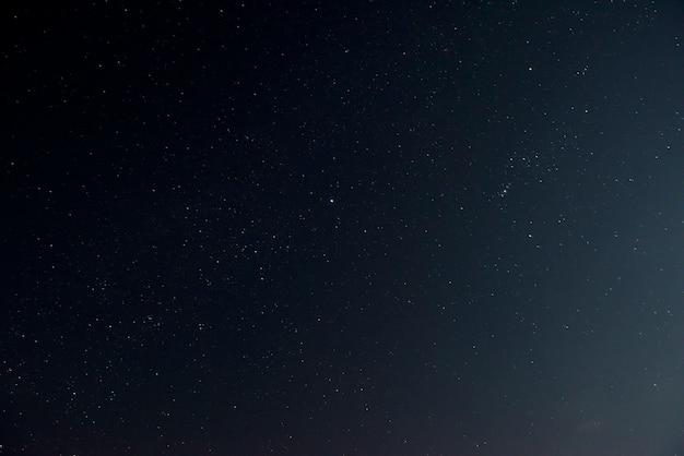 Lindo céu noturno com estrelas brilhantes Foto gratuita