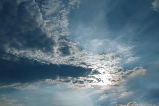 Lindo céu nublado, nuvens bloqueando o sol Foto Premium