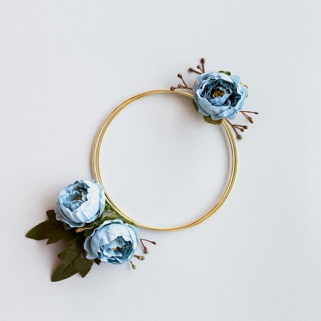 Lindo círculo dourado com peônias Foto gratuita
