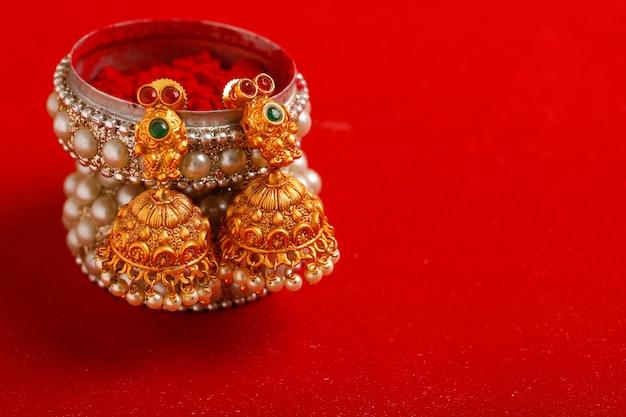 Lindo colar tradicional indiano e jóias. Foto Premium