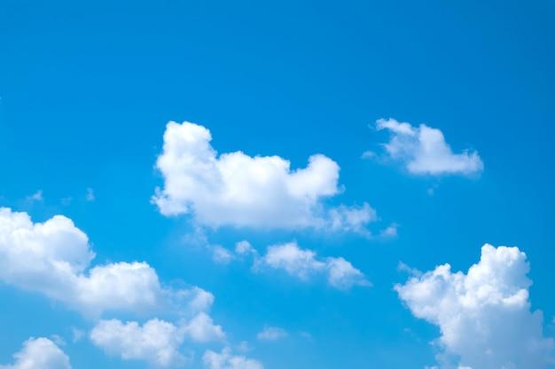 Lindo dia com céu claro e nuvens Foto Premium