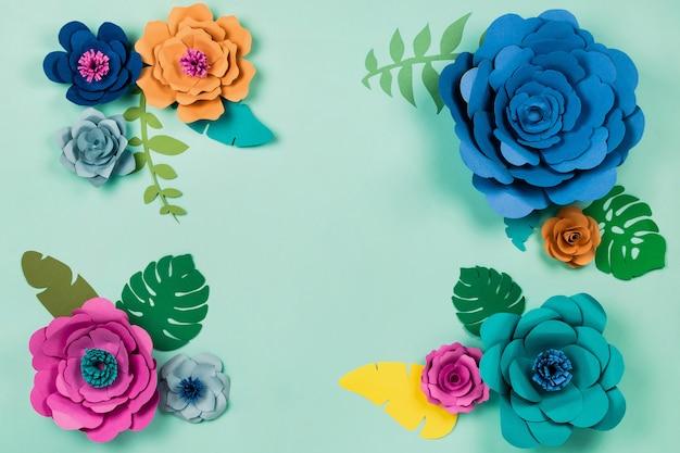 Lindo floral. papercraft flores sobre fundo azul, vista superior, configuração plana, copyspace Foto Premium