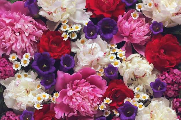 Lindo fundo floral. flores do jardim, vista superior. peônias, margaridas e rosas. Foto Premium