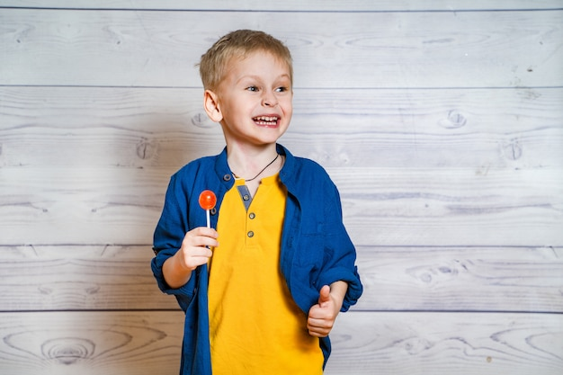 Lindo garotinho com um pirulito nas mãos Foto Premium
