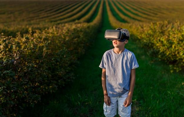 Lindo garotinho se divertindo com óculos de realidade virtual Foto gratuita