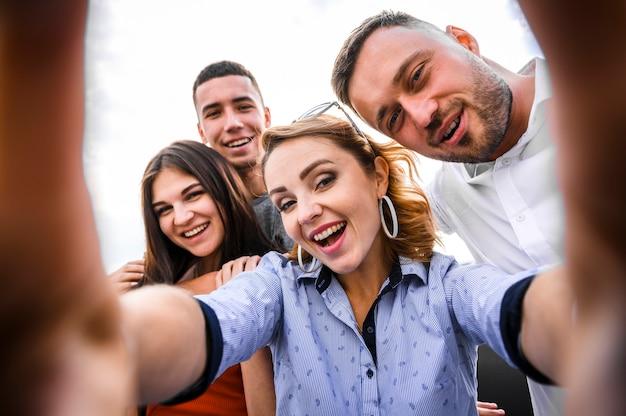 Lindo grupo de amigos close-up Foto gratuita