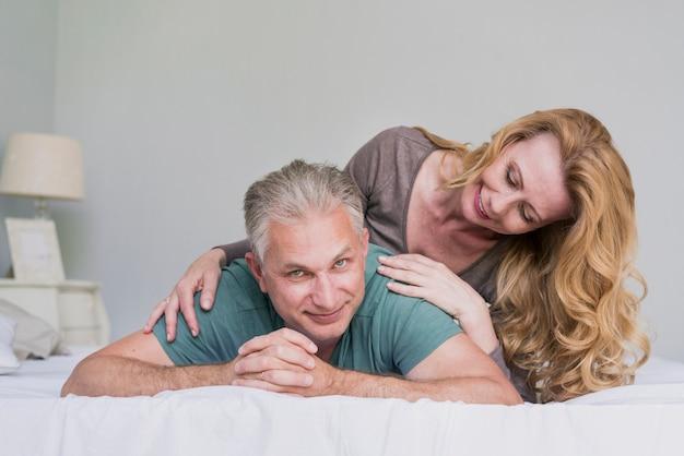 Lindo homem idoso e mulher jogando juntos Foto gratuita