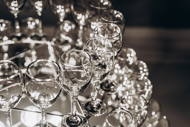 Lindo lustre feito com taças de vinho Foto gratuita