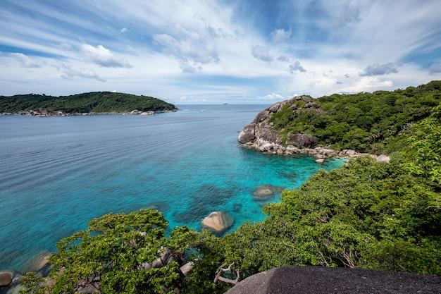 Lindo mar azul com o céu no ponto de vista na ilha similan Foto Premium