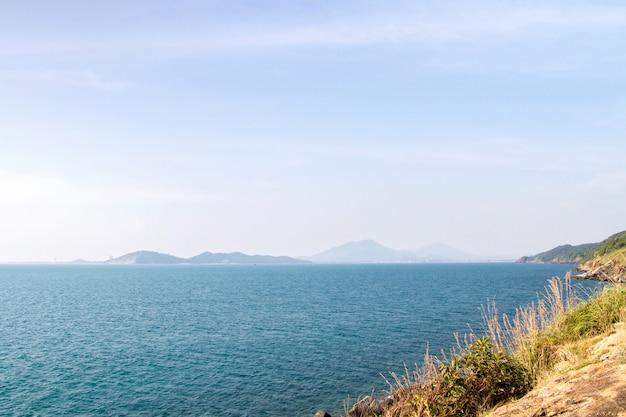 Lindo mar azul e falésias com montanha na tailândia Foto Premium
