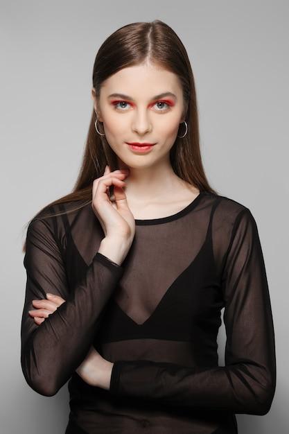 Lindo modelo com olhos enfáticos e lábios. limpe o rosto fresco da menina bonita com maquiagem natural. Foto Premium