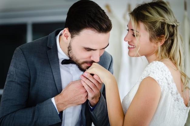 Lindo modelo de casal de noivos em tom de estilo vintage de imagens de loja de estúdio Foto Premium