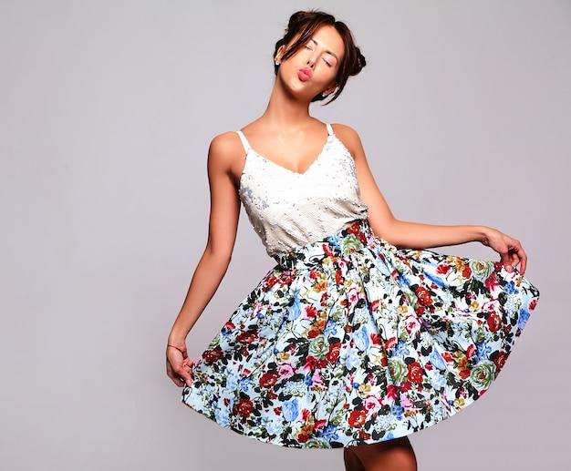 Lindo modelo moreno bonito em roupas de verão casual sem maquiagem Foto gratuita