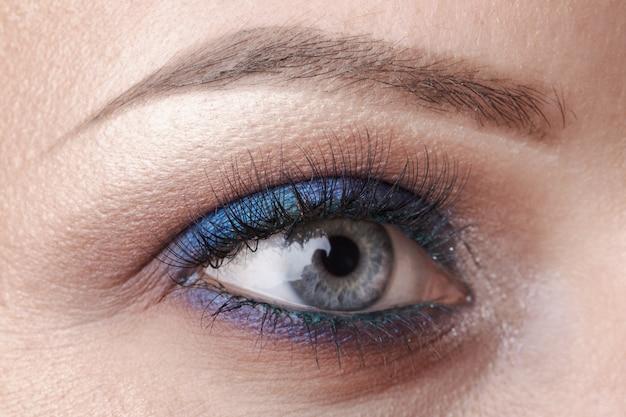 Lindo olho azul close-up, maquiagem brilhante Foto Premium
